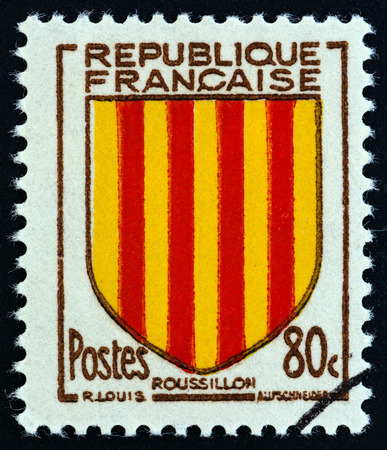 postes: FRANCE - CIRCA 1955: A stamp printed in France from the  Provincial Coats of Arms  issue shows Roussillon coat of Arms, circa 1955. Editorial