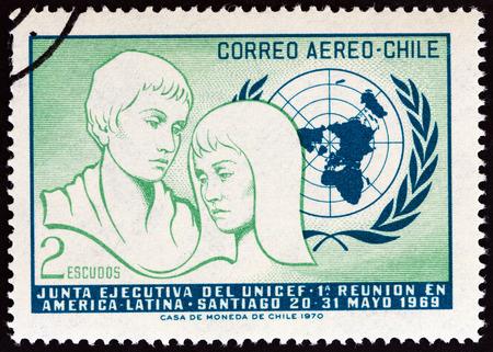 unicef: CILE - CIRCA 1971: Un francobollo stampato in Cile rilasciato per la 1 ° Meeting Latino-Americano dell'UNICEF Consiglio Direttivo, Santiago 1969 mostra i giovani e emblema delle Nazioni Unite, circa 1971. Editoriali