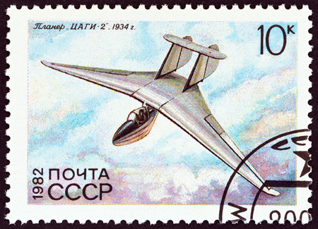 sello: USSR - CIRCA 1982: A stamp printed in USSR from the History of Soviet Gliders  issue shows TsAGI-2, V. N. Belyaev, 1934, circa 1982.
