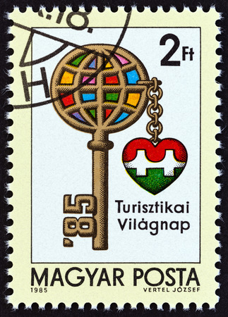 estampilla: HUNGARY - CIRCA 1985: A stamp printed in Hungary issued for the International Tourism Day shows Key with Globe as Head, circa 1985.