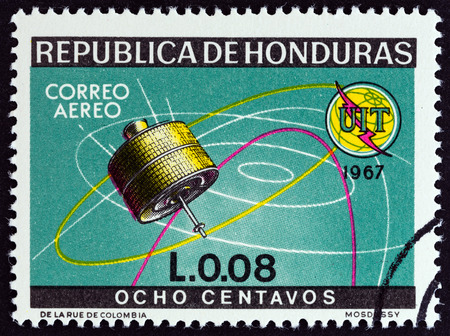 estampilla: HONDURAS - CIRCA 1968: A stamp printed in Honduras from the 100th Anniversary International Telecommunications Union  issue shows Early Bird satellite, circa 1968.