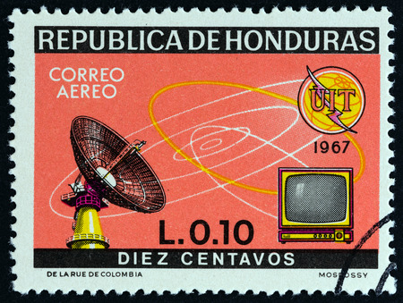 sello: HONDURAS - CIRCA 1968: A stamp printed in Honduras from the 100th Anniversary International Telecommunications Union  issue shows dish aerial and television, circa 1968.