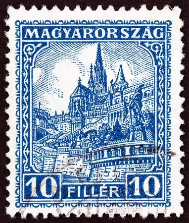 estampilla: HUNGARY - CIRCA 1926: A stamp printed in Hungary shows Matthias Church and Fishermans Bastion, circa 1926.