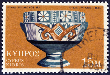 estampilla: CYPRUS - CIRCA 1973: A stamp printed in Cyprus shows Archaic Bichrome Kylix cup, 7th century BC, circa 1973. Editorial