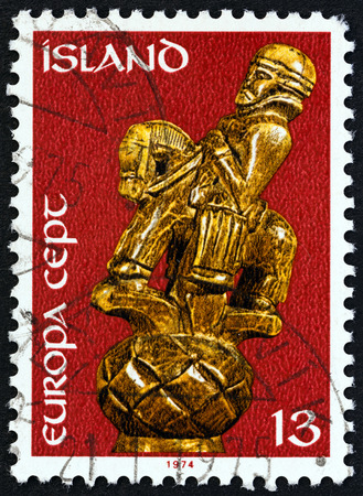 uomo a cavallo: ICELAND - CIRCA 1974: A stamp printed in Iceland from the Europa. Sculptures  issue shows Horseman 17th century wood carving, circa 1974. Editoriali