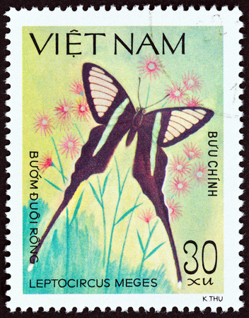 estampilla: VIETNAM - CIRCA 1983: A stamp printed in Vietnam from the Butterflies  issue shows Green dragontail Leptocircus meges, circa 1983.