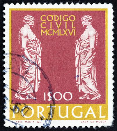 """derecho romano: PORTUGAL - CIRCA 1967: Un sello impreso en Portugal desde la """"Nueva Ley para la Administraci�n de Justicia"""" cuesti�n muestra senadores romanos, alrededor de 1967. Editorial"""