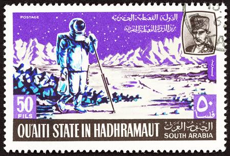 """astronauta: QU'AITI ESTADO EN LA Hadhramaut - alrededor de 1967: Un sello impreso en Yemen desde el tema """"proyecto lunar Apolo"""" muestra astronauta tomar mediciones en la Luna, alrededor del año 1967. Editorial"""