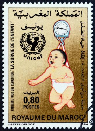 unicef: MAROCCO - CIRCA 1985: Un francobollo stampato in Marocco rilasciato per il Bambino di sopravvivenza campagna mostra il monitoraggio della crescita, circa 1985.