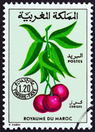 estampilla: MOROCCO - CIRCA 1984: A stamp printed in Morocco shows cherries, circa 1984. Editorial
