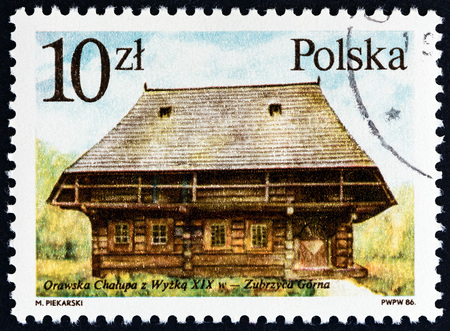 polska: POLAND - CIRCA 1986: A stamp printed in Poland from the Wooden Architecture  issue shows 19th-century Oravian cottage, Zubrzyca Gorna, circa 1986.
