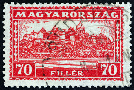 estampilla: HUNGARY - CIRCA 1927: A stamp printed in Hungary shows Royal Palace, Budapest, circa 1927.