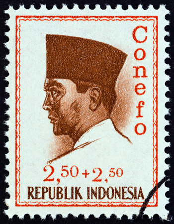 estampilla: INDONESIA - CIRCA 1965: A stamp printed in Indonesia shows president Sukarno commemorating the 1965 Conference of New Emerging Forces, Djakarta Conefo, circa 1965. Editorial