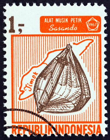 rote: INDONESIA - CIRCA 1967: A stamp printed in Indonesia from the Musical Instruments  issue shows Sasando, circa 1967. Editorial
