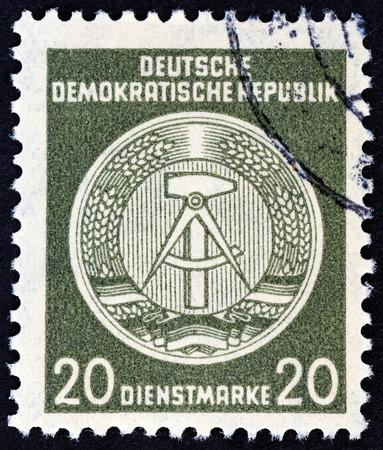 sello: GERMAN DEMOCRATIC REPUBLIC - CIRCA 1954: A stamp printed in Germany shows Coat of Arms, circa 1954.