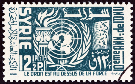 estampilla: SYRIA - CIRCA 1955: A stamp printed in Syria issued for the 10th Anniversary of the United Nations shows U.N. Emblem and Torch, circa 1955. Editorial