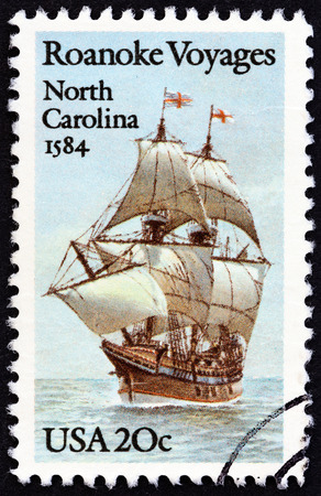 sello: USA - CIRCA 1984: A stamp printed in USA from the Explorers. 400th anniversary of first Raleigh Expedition to Roanoke Island, North Carolina issue shows Galleon Elizabeth, circa 1984.