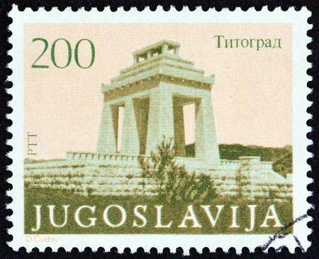 timbre: YUGOSLAVIA - CIRCA 1983: A stamp printed in Yugoslavia shows Triumphal Arch, Titograd, circa 1983.