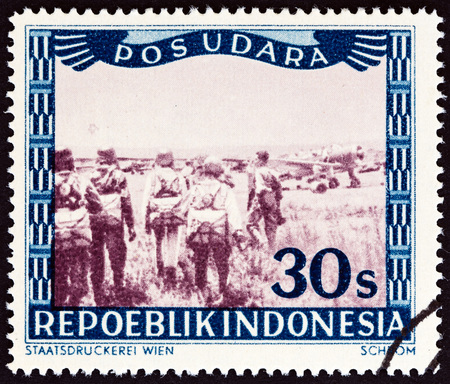 sello: INDONESIA - CIRCA 1947: A stamp printed in Indonesia shows airplanes and parachutists, circa 1947.