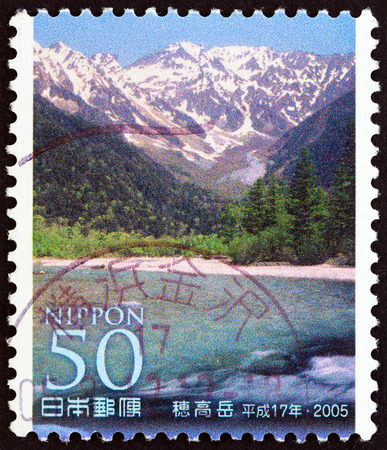 timbre: JAPAN - CIRCA 2005: A stamp printed in Japan from the Mountains and Flowers - The 100th Anniversary of the Japanese Alpine Club  issue shows Hodakadake, circa 2005. Editorial