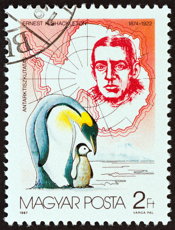 estampilla: HUNGARY - CIRCA 1987: A stamp printed in Hungary from the Antarctic Exploration  issue shows Ernest Shackleton and emperor penguins, circa 1987.