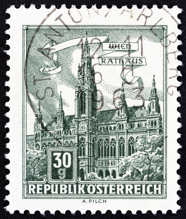 stempeln: AUSTRIA - CIRCA 1962: A stamp printed in Austria from the Buildings issue shows Vienna Town Hall, circa 1962.