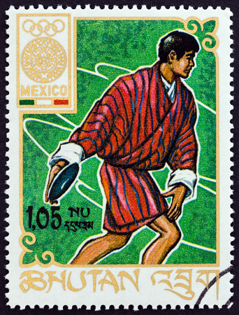 lanzamiento de disco: BHUTAN - CIRCA 1968: A stamp printed in Bhutan from the Olympic Games, Mexico  issue shows discus throw, circa 1968.