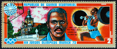 timbre: EQUATORIAL GUINEA - CIRCA 1972: A stamp printed in Equatorial Guinea from the Olympic games, Munich issue shows John Henry Davis (1921-1984) and Bavarian National Museum, circa 1972.