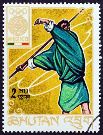 """lanzamiento de jabalina: BUT�N - alrededor de 1968: Un sello impreso en But�n del tema """"Juegos Ol�mpicos, M�xico"""" muestra el lanzamiento de jabalina, alrededor de 1968."""