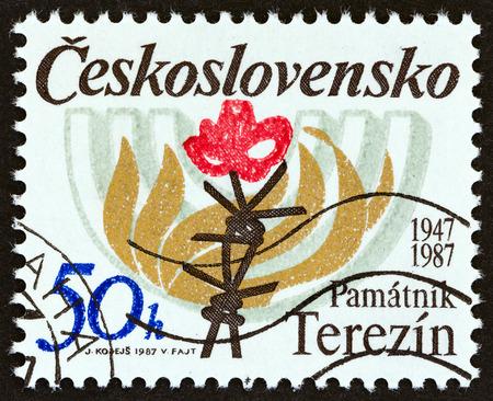 terezin: CECOSLOVACCHIA - CIRCA 1987: Un francobollo stampato in Cecoslovacchia rilasciato per il 40 ° anniversario di Terezin Memorial mostra Filo spinato, fiamme e Menorah, circa 1987. Editoriali
