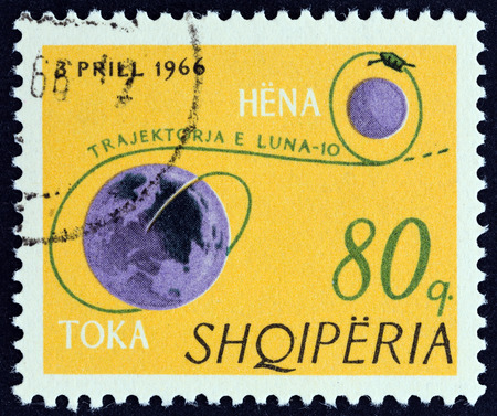 timbre: ALBANIA - CIRCA 1966: A stamp printed in Albania from the Luna 10  issue shows Earth, Moon and trajectory of Luna 10, circa 1966.