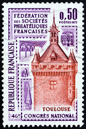 estampilla: FRANCE - CIRCA 1973: A stamp printed in France issued for the 46th French Federation of Philatelic Societies Congress, Toulouse shows bell tower, Toulouse, circa 1982.