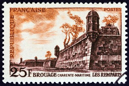 postes: FRANCE - CIRCA 1955: A stamp printed in France shows Ramparts of Brouage, circa 1955.
