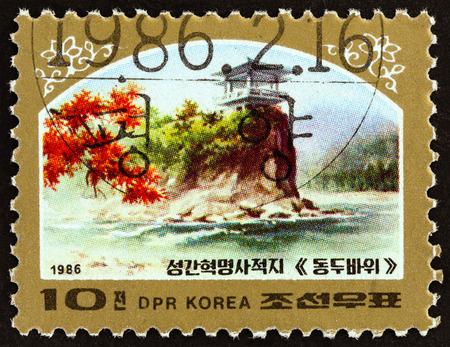 sello: NORTH KOREA - CIRCA 1986: A stamp printed in North Korea shows Songgan Revolutionary Site, circa 1986.