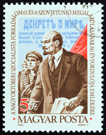 estampilla: HUNGARY - CIRCA 1982: A stamp printed in Hungary issued for the 65th anniversary of Russian Revolution shows Lenin, circa 1982. Editorial