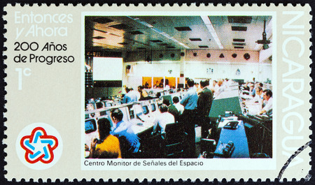 sello: NICARAGUA - CIRCA 1976: A stamp printed in Nicaragua from the 200th anniversary of the Independence of the United States of America issue shows Houston Space Center, circa 1976. Editorial