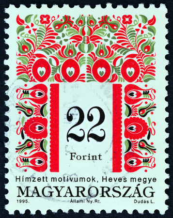 timbre: HUNGARY - CIRCA 1995: A stamp printed in Hungary from the Folklore Motives issue shows Folk motives of Heves County, circa 1995.