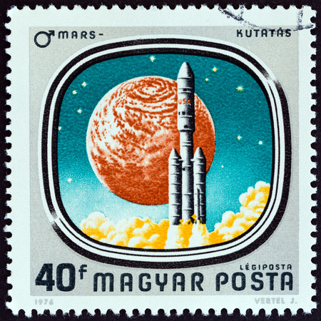 estampilla: HUNGARY - CIRCA 1976: A stamp printed in Hungary from the Space Probes to Mars and Venus issue shows Launch of Viking Mission, circa 1976.