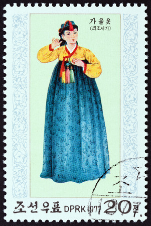 estampilla: NORTH KOREA - CIRCA 1977: A stamp printed in North Korea from the National Costumes of Li Dynasty  issue shows Autumn costume, circa 1977. Editorial