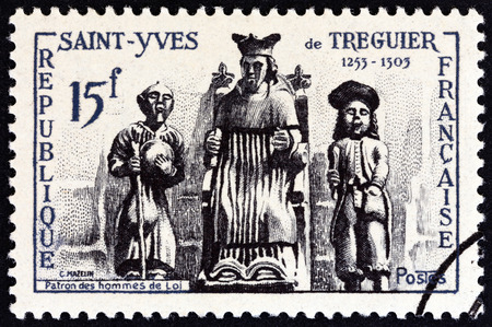 estampilla: FRANCE - CIRCA 1956: A stamp printed in France issued for the  St. Yves de Treguier Commemoration shows St. Yves de Treguier patron saint of lawyers., circa 1956.