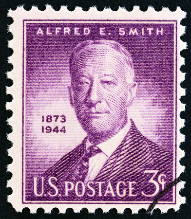 estampilla: USA - CIRCA 1945: A stamp printed in USA issued for the 1st anniversary of the death of Alfred E.Smith shows Alfred E.Smith, Governor of New York, circa 1945.