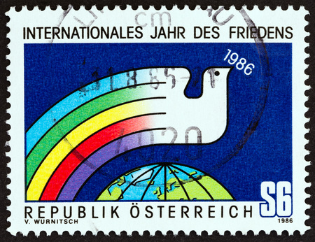 sello: AUSTRIA - CIRCA 1986: A stamp printed in Austria from the International Peace Year issue shows Dove and Globe, circa 1986.