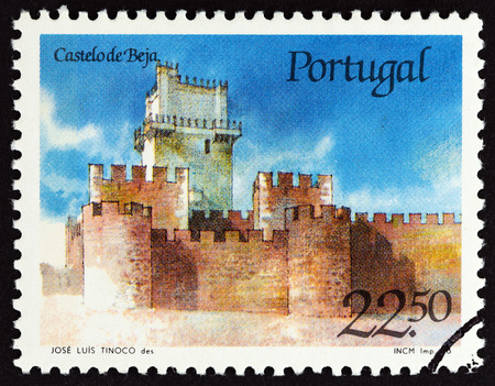 estampilla: PORTUGAL - CIRCA 1986: A stamp printed in Portugal from the Portuguese Castles issue shows Beja castle, circa 1986.