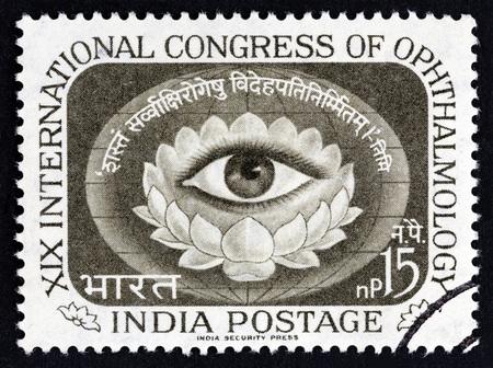 Inde - circa 1962: un timbre imprimé en Inde émis pour le 19e congrès international d?ophtalmologie, New Delhi, montre l??il humain dans une fleur de lotus, vers 1962 Banque d'images - 86600900
