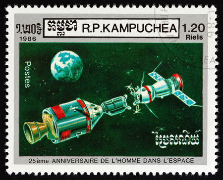 KAMPUCHEA - CIRCA 1986: A stamp printed in Kampuchea issued for the 25th Anniversary of First Man in Space shows Apollo and Soyuz preparing to dock, circa 1986. Éditoriale