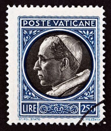 CITÉ DU VATICAN - VERS 1945 : un timbre imprimé dans la Cité du Vatican montre le Pape Pie XII, vers 1945.