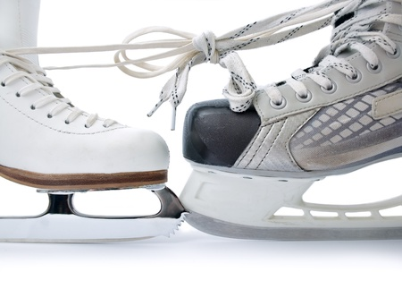 patinaje sobre hielo:  Skate para patinaje y patinar hockey sobre vinculados entre s� cerca aislado sobre fondo blanco