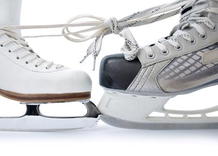 schaatsen:  Skate voor kunstschaatsen en hockey schaatsen gebonden tegen elkaar close-up geïsoleerd op witte achtergrond