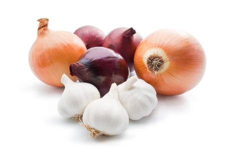 cebolla blanca: Ajo y cebolla. Acuerdo de distintas variedades de cebolla con primeros planos de ajo aisladas sobre fondo blanco Foto de archivo