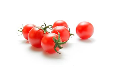 방울 토마토. 신선한 잘 익은 체리 토마토 흰색 배경에 고립 된 근접 촬영.